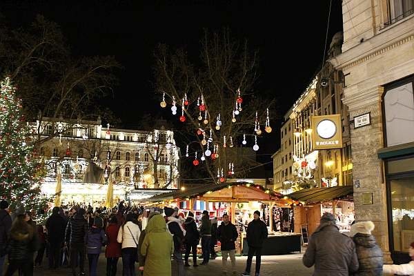 beleuchteter Weihnachtsmarkt am vörösmarty ter in Budapest