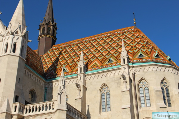 Matthiaskirche mit buntem Dach am Burgberg in Budapest