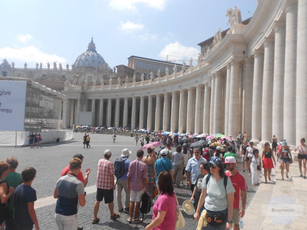 Lange Schlange vor dem Petersdom