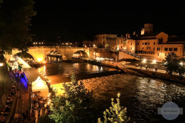 Lungotevere in Rom im Sommer mit beleuchteten Zelten