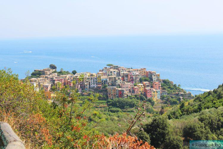 Corniglia mit bunten Häusern als das dritte der fünf Dörfer