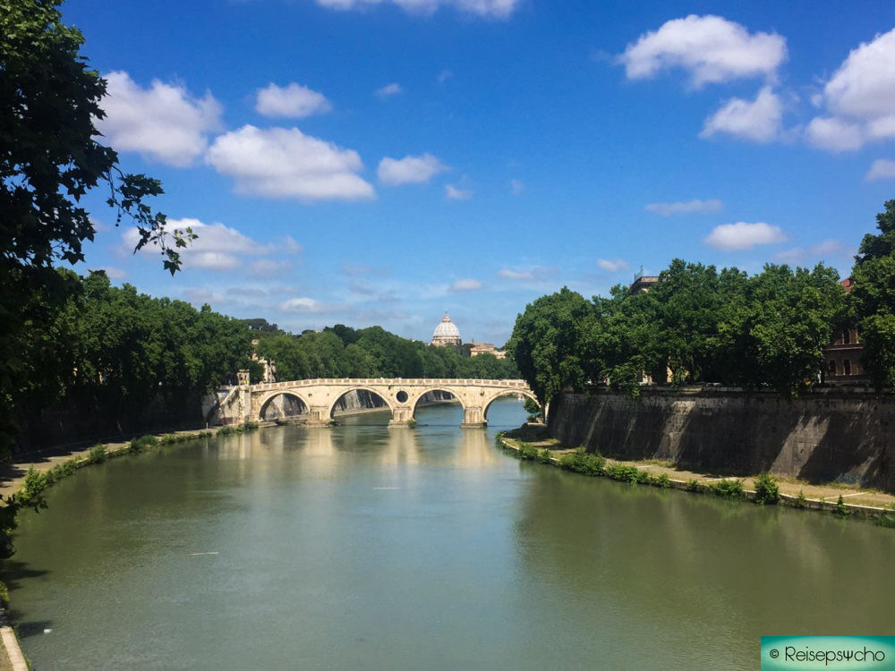 Der Fluss Tiber mit der Kuppel vom Petersdom