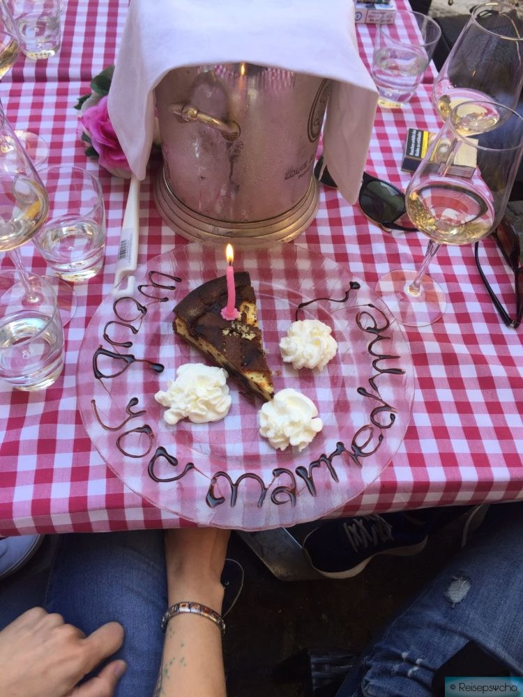 Kuchen mit Schrift rundherum