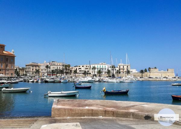 Der kleine Hafen von Bari mit Blick auf die Altstadt