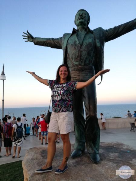 Vor der Statue von Domenico Modugno in Polignano a mare