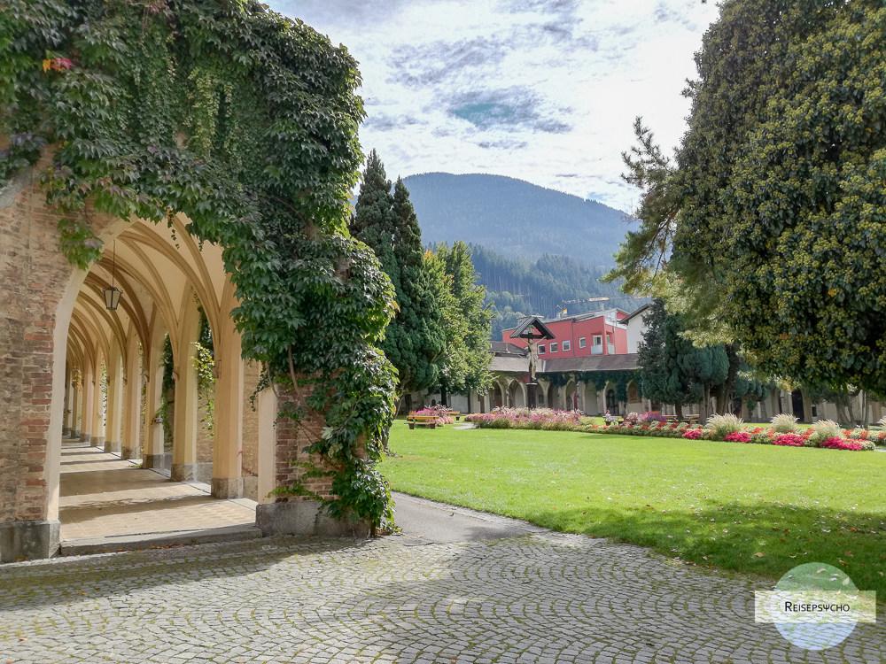 Stadtpark mit Arkadengang in Schwaz, Tirol