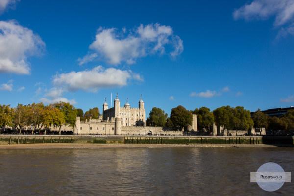Der Tower of London von der Themse aus