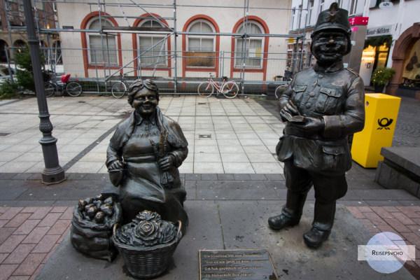 Frau und Wachmann - Skulptur in der Altstadt von Koblenz
