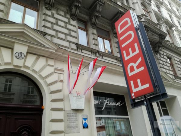 Rotes Schild am Eingang zum Freud Museum