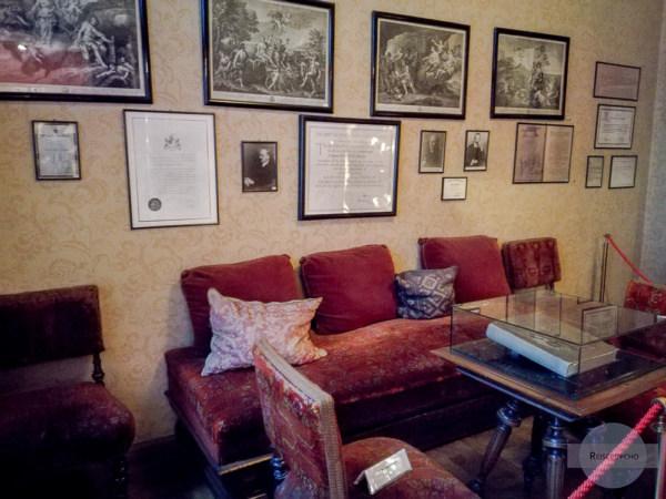 Bilder, Bücher und Statuen in Freuds Wartezimmer