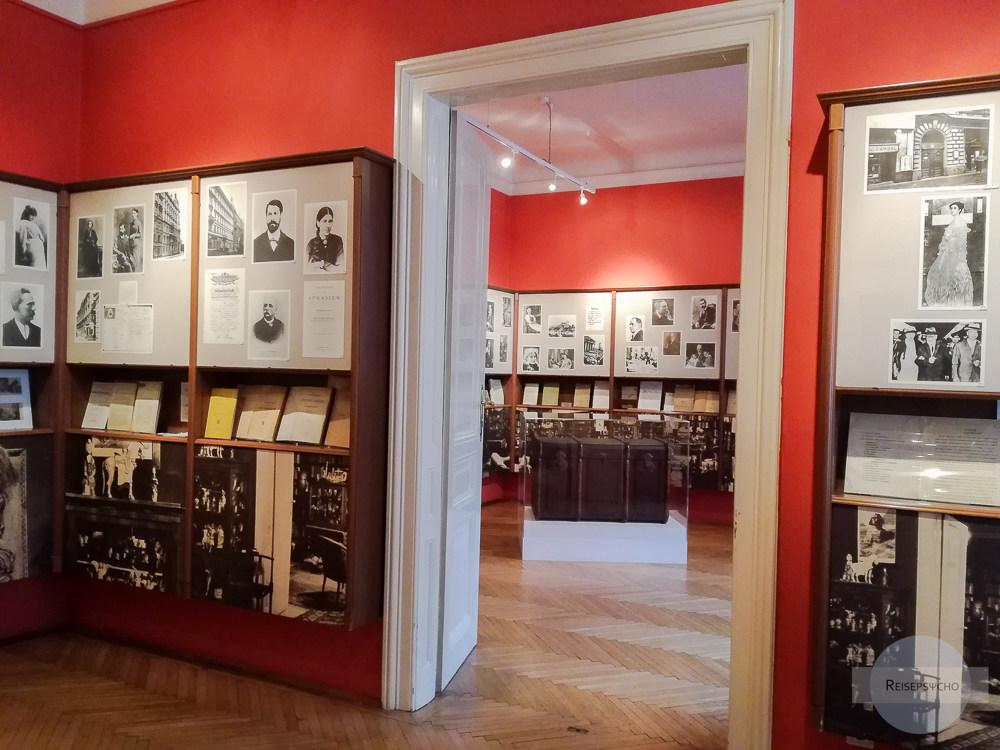 Der Praxisraum und das Arbeitszimmer von Freud sind voll mit Informationen