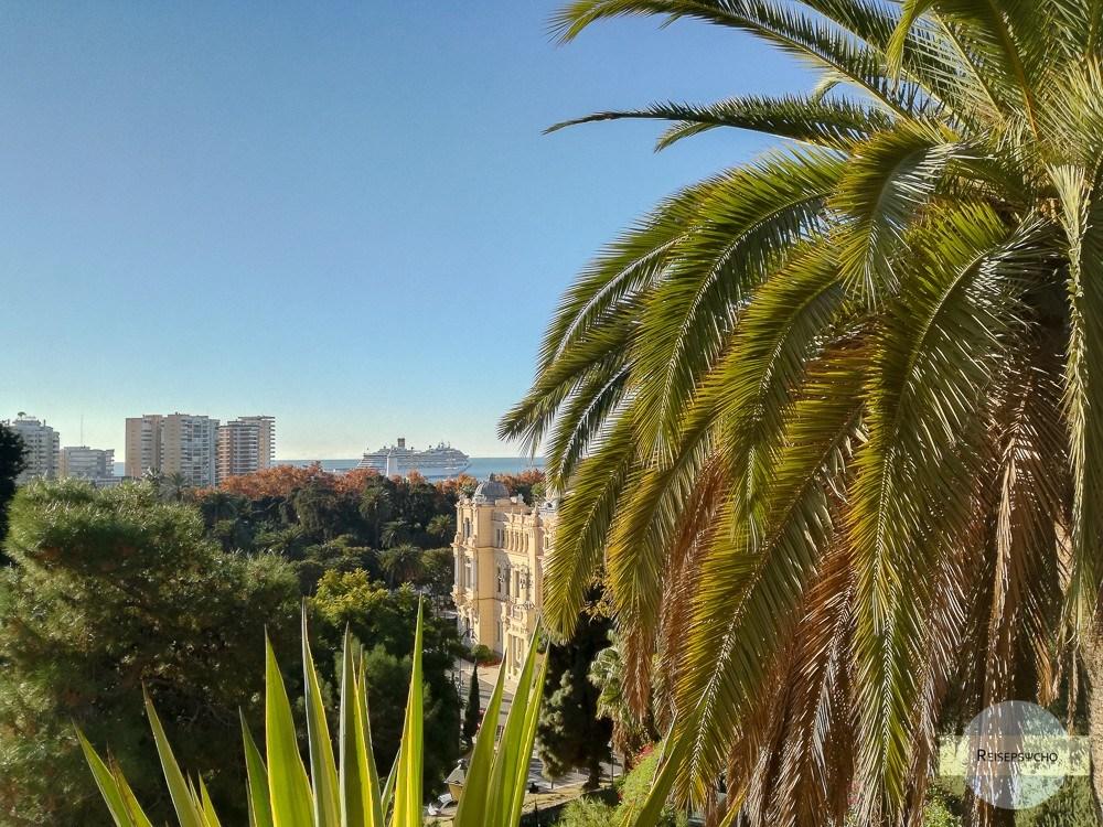 Costa Magica liegt im Hafen von Malaga