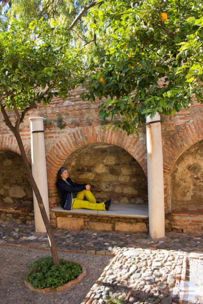 In der Alcazaba zwischen Orangenbäumen sitzen