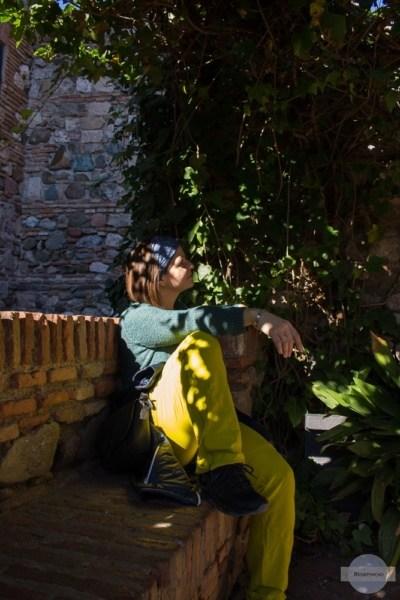 Auf der Steinbank sitzen in der Alcazaba
