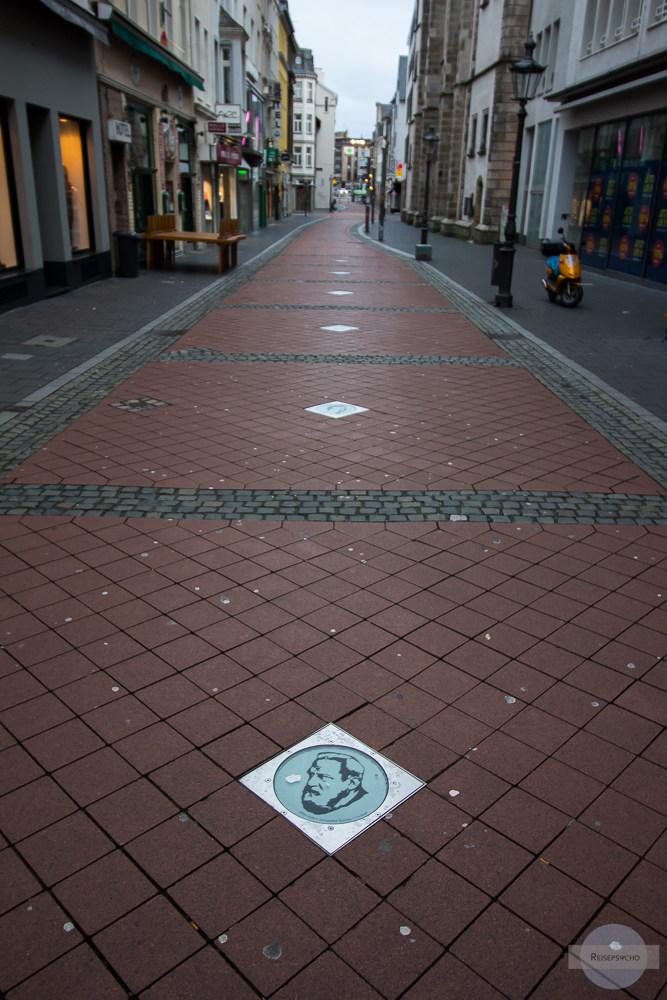 In der Bonnstraße spaziert man über die berühmten Persönlichkeiten der Stadt