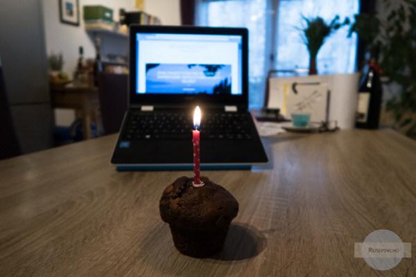 Bloggeburtstag feiern mit Muffin und Kerze
