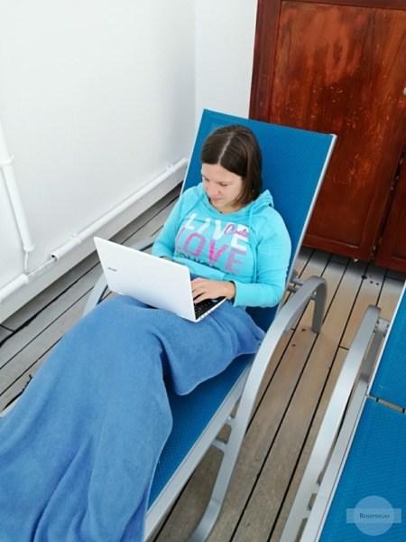 Schreiben im Liegestuhl am Schiff