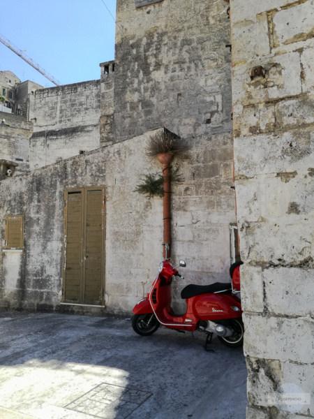 Vespa vor den Mauern in Matera
