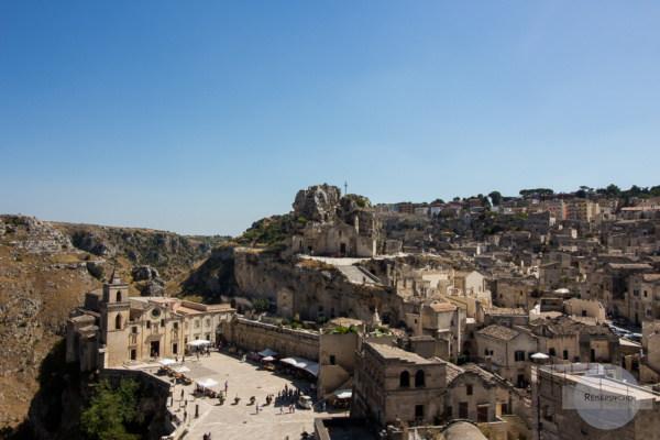 Eine sensationelle Ansicht: unten die Chiesa di San Pietro Caveoso, oben die Felsenkirchen Santa Maria de Idris & San Giovanni in Monterrone