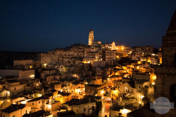 Matera bei Nacht, die schönste Stadt in Italien im Lichtermeer