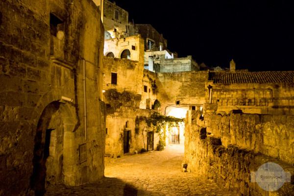 Die Gassen von Matera bei Nacht