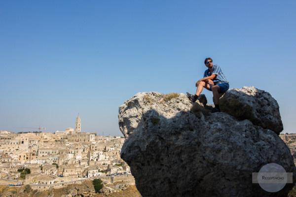 Auf Felsen sitzen in Matera