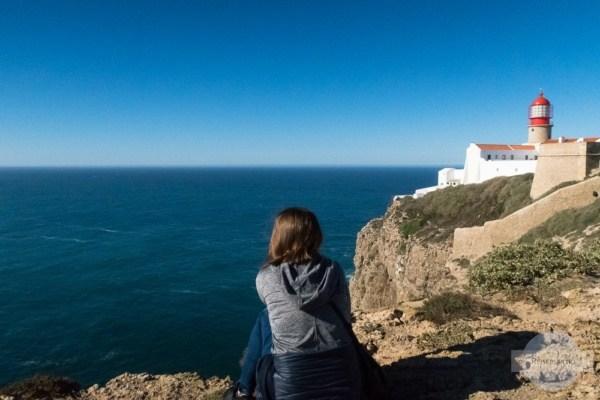 Sitzen an den Klippen am Cabo de Sao Vicente