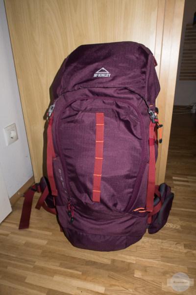 Violetter Rucksack kommt mit zum Backpacken nach Italien