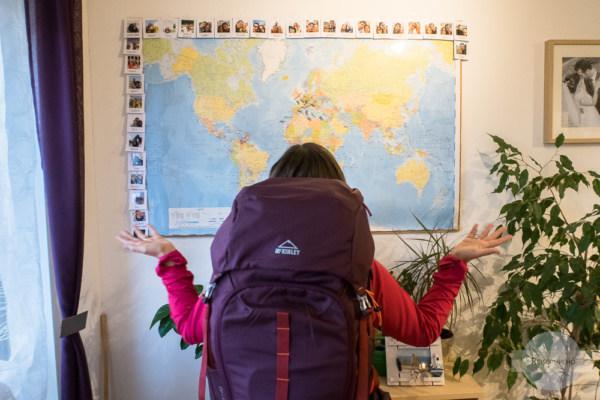 Fragend vor der Landkarte stehen