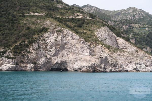 Höhle mit Boot an der Amalfiküste