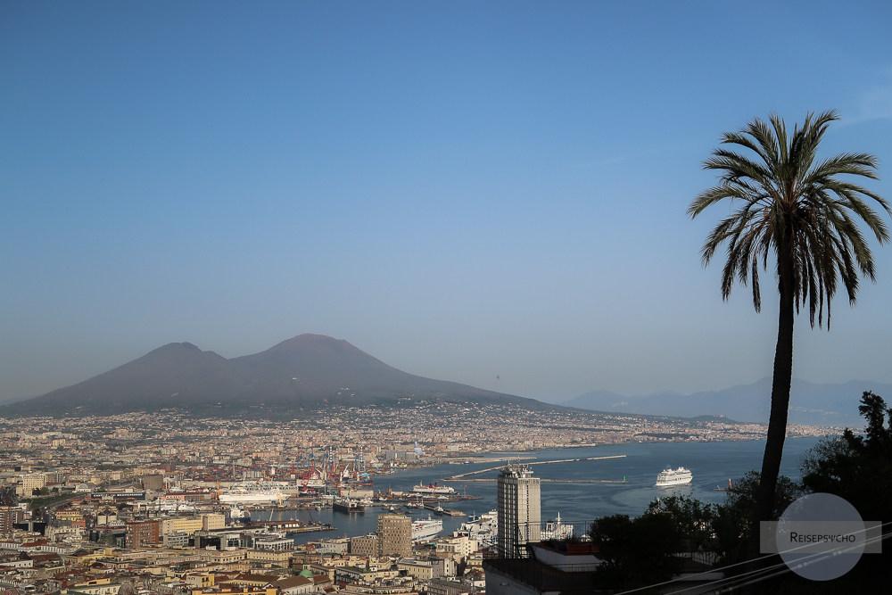 Blick auf Neapel und den Vesuv vom Vomero aus