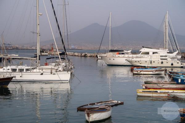 Am Hafen von Neapel mit Booten und Vesuv