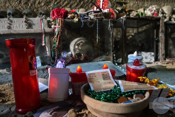 Opfergaben am Cimitero della Fontanelle