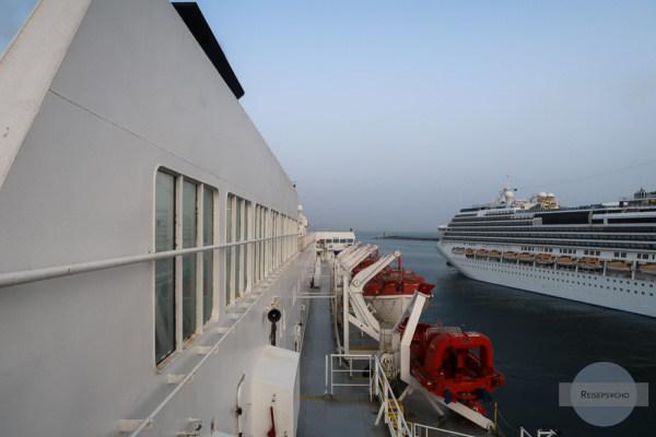 Fähre und Costa Fascinosa im Hafen von Neapel