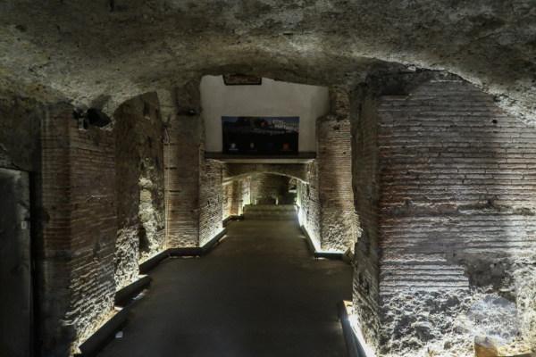 Mauern vom griechisch-römischen Theater in Neapel