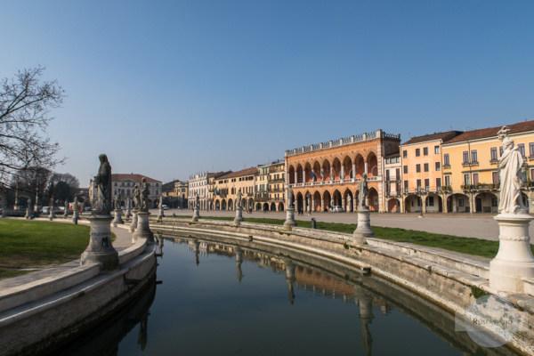 Prato della Valle in Padua mit Wassergraben und Statuen