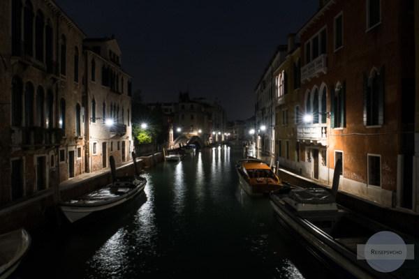 Kanal in Venedig in der Nacht