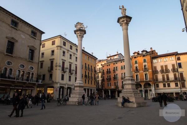 Zwei Säulen zieren das Ende der Piazza dei Signori in Vicenza