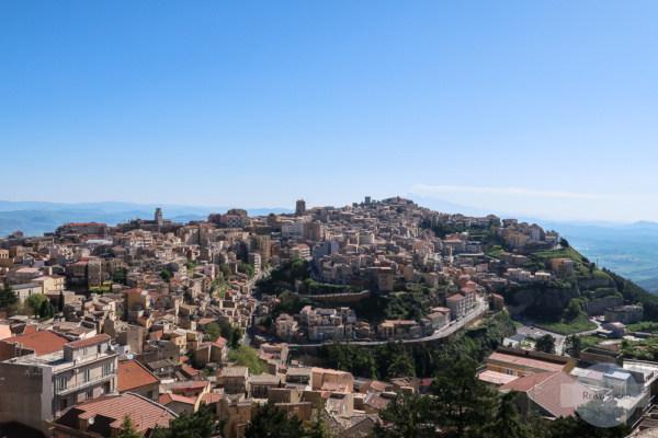 Blick über Enna in Sizilien