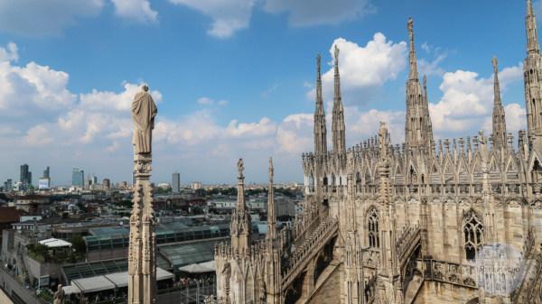 Figuren aus Stein am Dom in Mailand