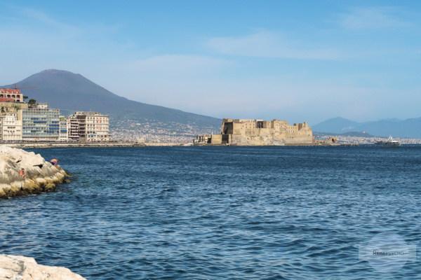 Vom Lungomare hat meinen super Blick auf das Castel dell´Ovo und den Vesuv