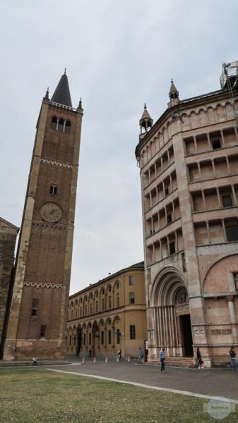 Der Glockenturm des Doms und das Baptisterium in Parma