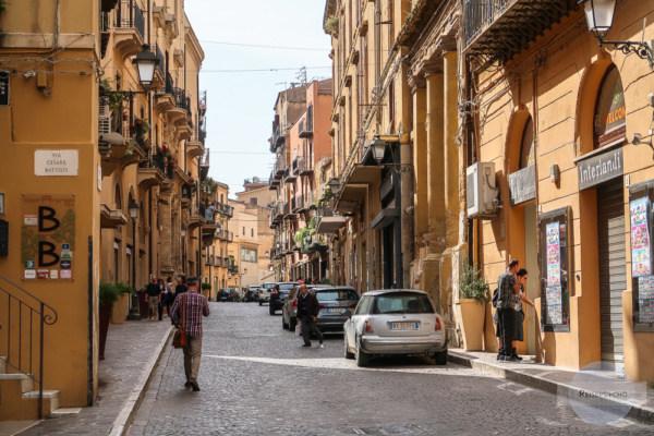 Auf der Straße in der Via Atenea in Agigent
