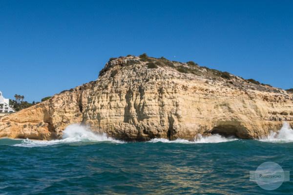 Wellen brechen an den Felsen