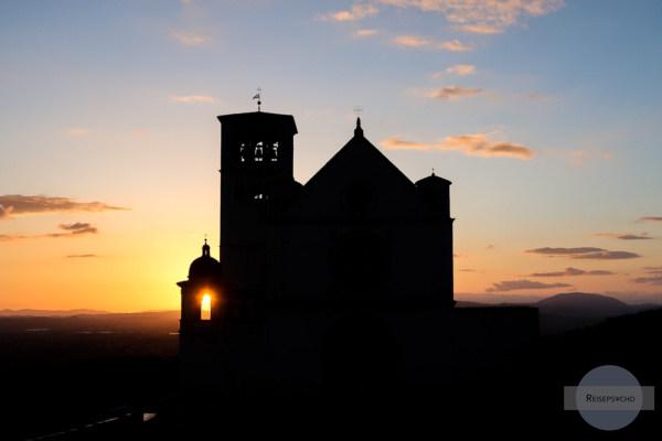Sonnenuntergang in Assisi bei der Basilika
