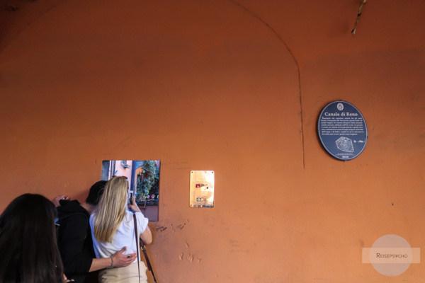 Fenster zum Kanal in Bologna