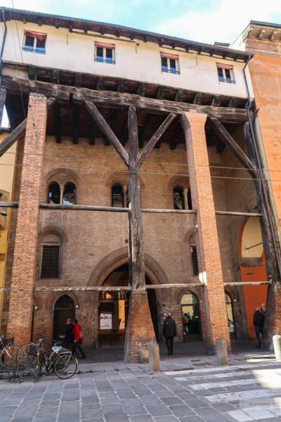 Die drei Pfeile in Bologna