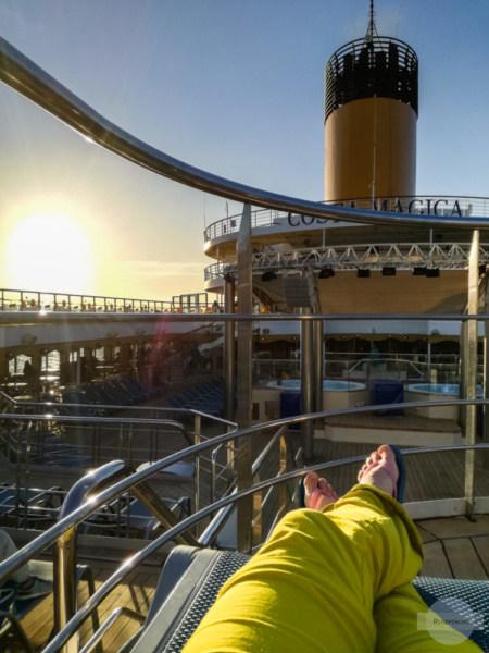 Auf einer Liege an Deck am Kreuzfahrtschiff