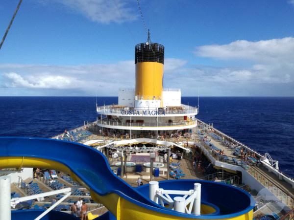 Großes Kreuzfahrtschiff auf hoher See