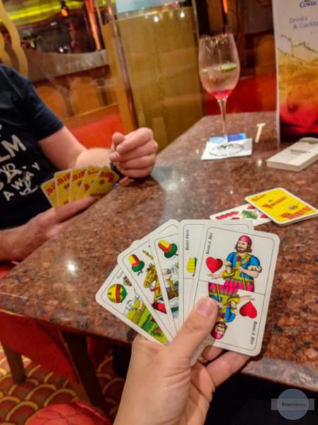 Karten spielen am Schiff